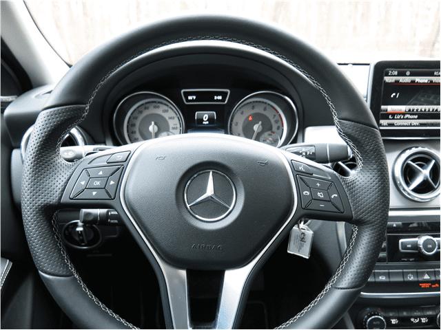 Đánh giá xe Mercedes-Benz GLA-Class 2016 có vô lăng 3 chấu bọc da thể thao.