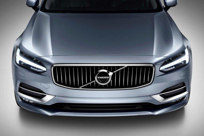 Đánh giá xe Volvo S90 2017 có lưới tản nhiệt với các nan mạ crom sang trọng.