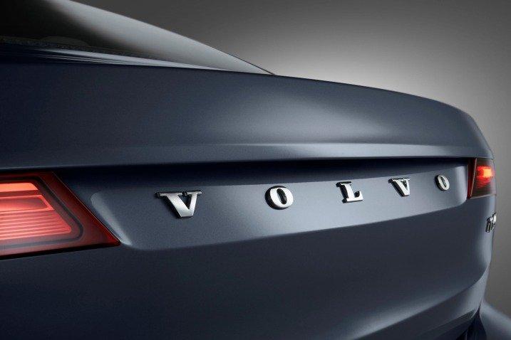 Đánh giá xe Volvo S90 2017 có tên thương hiệu dập nổi tinh tế.