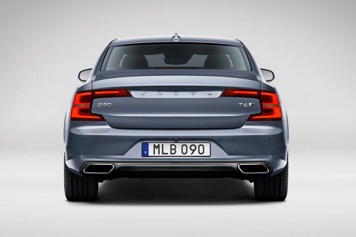 Đánh giá xe Volvo S90 2017 có đuôi xe khá thấp, ống xả lớn rất thể thao.