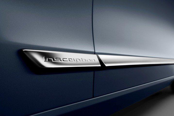 Đánh giá xe Volvo S90 2017 có thanh kim loại dài ốp ngang thân xe.