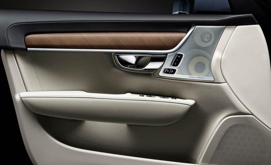 Đánh giá xe Volvo S90 2017 phần cánh cửa có ốp gỗ, loa, các phím bấm tiện ích rất hiện đại