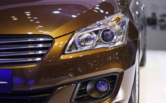 Đánh giá xe Suzuki Ciaz 2017 có đèn pha là sự kết hợp kết hợp bóng halogen và đèn projector.
