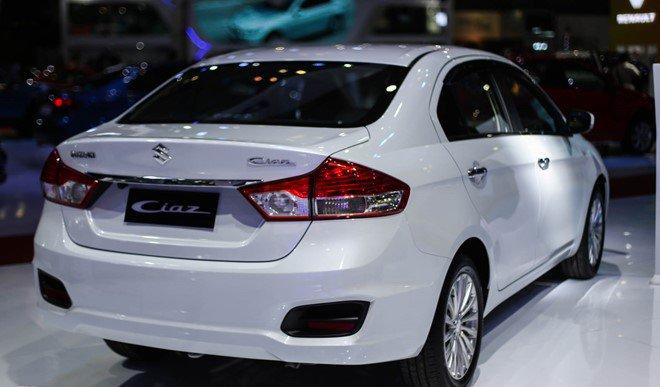 Đánh giá xe Suzuki Ciaz 2017 có đèn phản quang lấp sâu trong hốc đèn khá lạ lẫm.