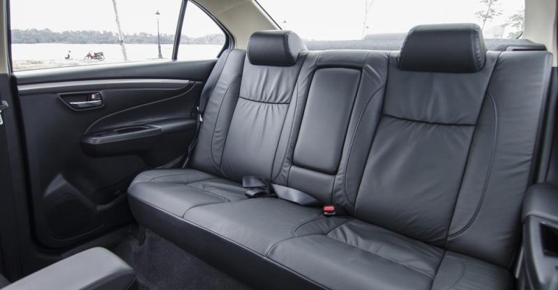 Đánh giá xe Suzuki Ciaz 2017 có hàng ghế sau cực kỳ rộng rãi, rất thoải mái cho 3 hành khách