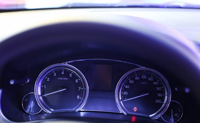 Đánh giá xe Suzuki Ciaz 2017 có cụm đồng hồ lái với 2 đồng hồ chính dạng analog cơ bản.