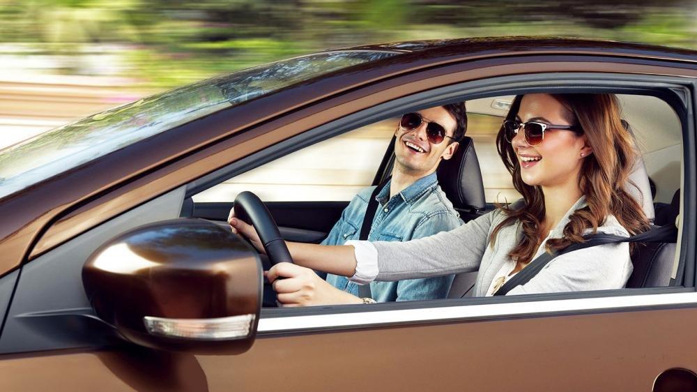 Đánh giá xe Suzuki Ciaz 2017 có gương ngoài chỉnh/gập điện và tích hợp LED báo rẽ.