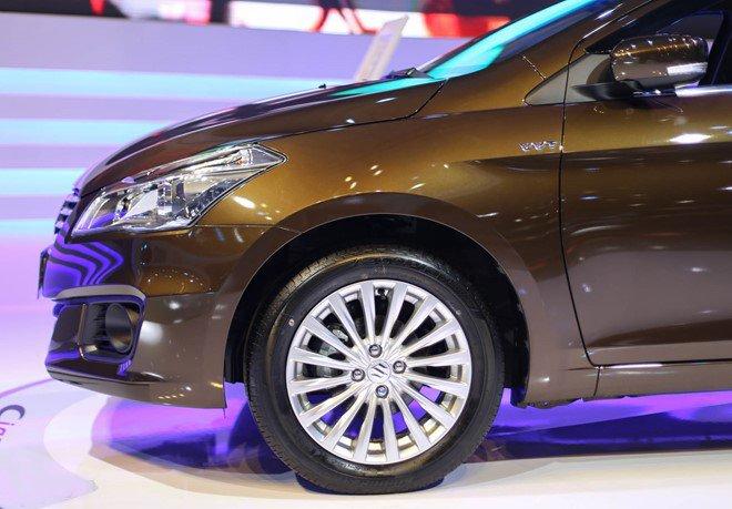 Đánh giá xe Suzuki Ciaz 2017 có mâm 16 inch với la zăng đa chấu.