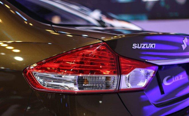 Đánh giá xe Suzuki Ciaz 2017 có đèn hậu LED khá giống với đèn hậu của Honda City.