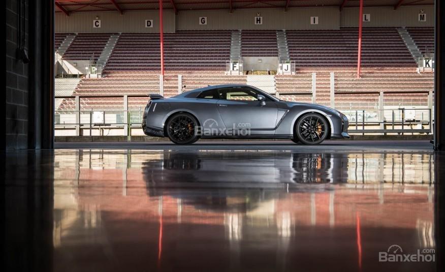Đánh giá xe Nissan GT-R 2017: Xe có trọng tâm thấp.