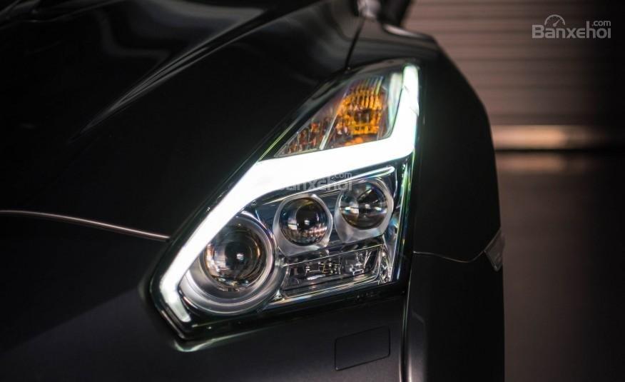 Đánh giá xe Nissan GT-R 2017: Đèn pha xe tích hợp LED.