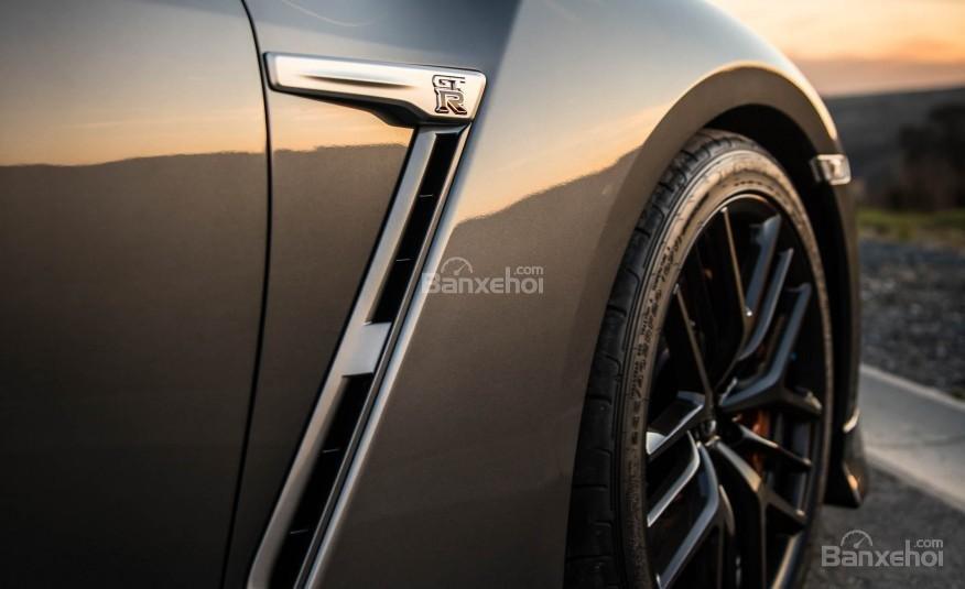Đánh giá xe Nissan GT-R 2017: Thiết kế thân xe được chau chuốt tới từng đường nét.