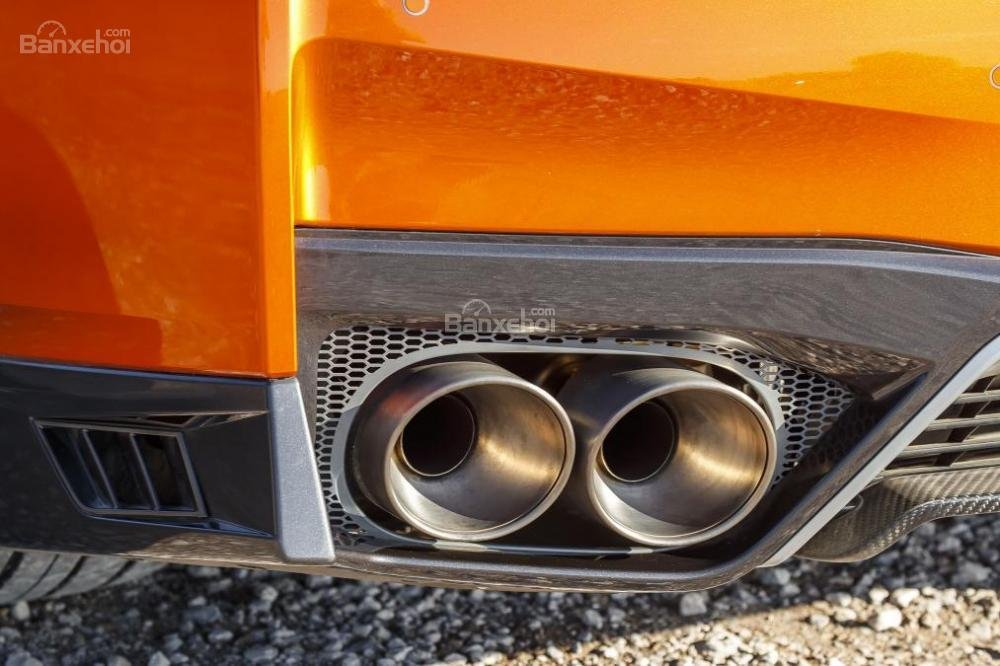 Đánh giá xe Nissan GT-R 2017: Ống xả kép phía đuôi xe.