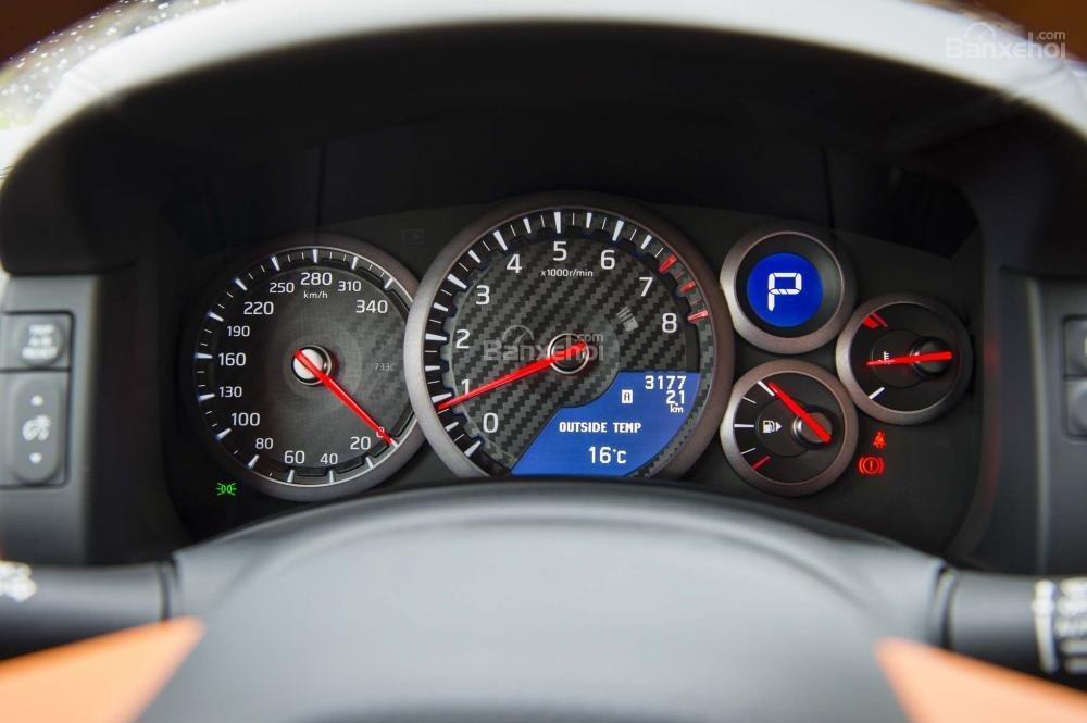 Đánh giá xe Nissan GT-R 2017: Cụm đồng hồ trên xe.