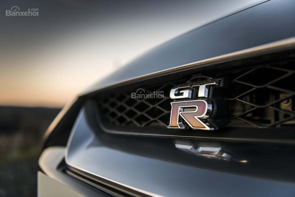 Đánh giá xe Nissan GT-R 2017: Lưới tản nhiệt của xe.