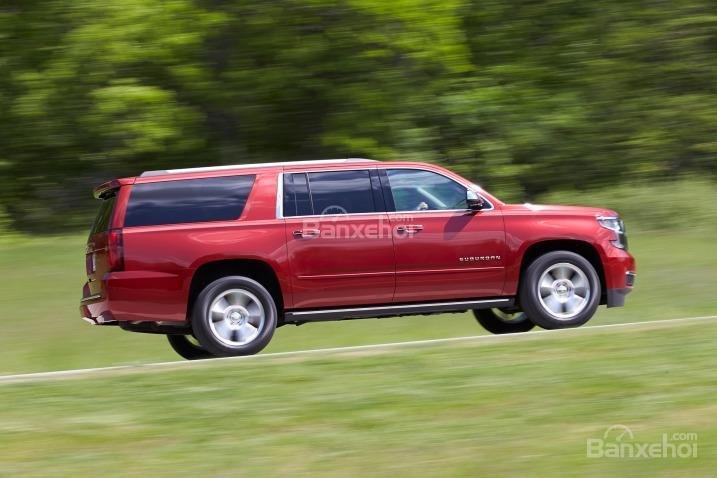 Đánh giá xe Chevrolet Suburban 2017: Xe có phản ứng tương đối chậm chạp.