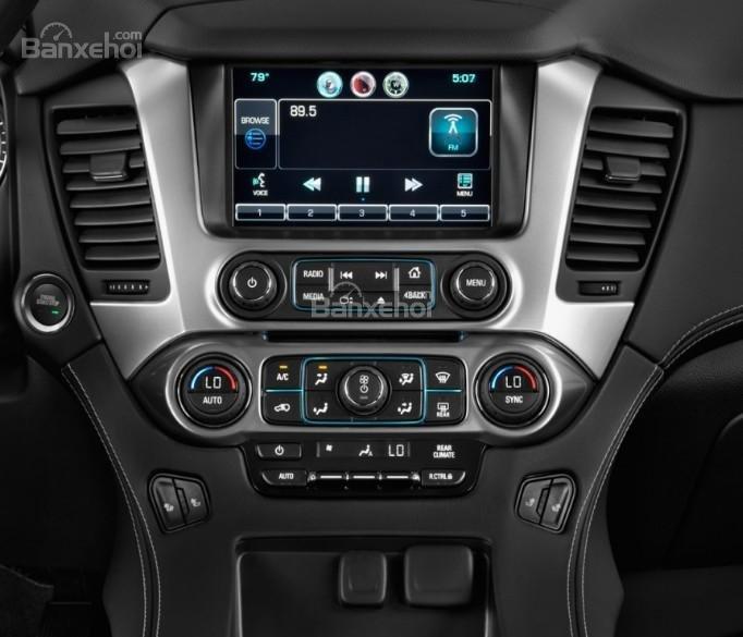 Đánh giá xe Chevrolet Suburban 2017: Xe được sở hữu nhiều tính năng giải trí.