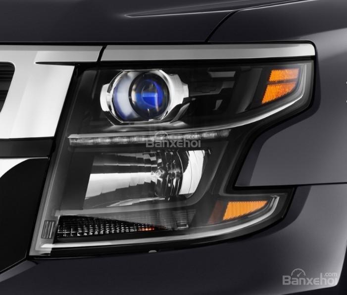 Đánh giá xe Chevrolet Suburban 2017: Đèn pha thiết kế khá đẹp mắt.