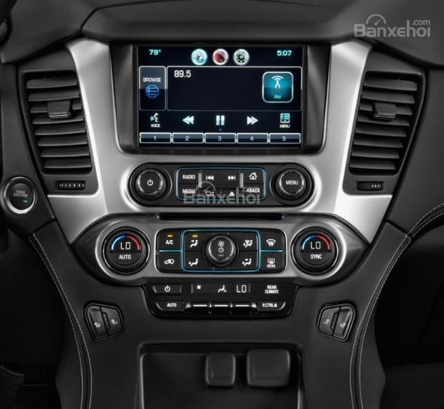 Đánh giá xe Chevrolet Suburban 2017: Bảng điều khiển xe.