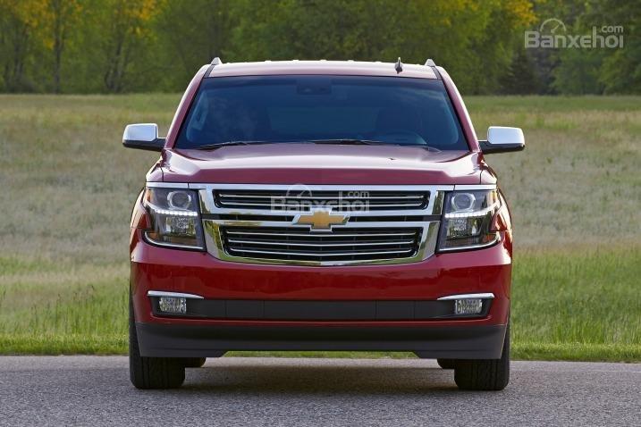Đánh giá xe Chevrolet Suburban 2017: Đầu xe có thiết kế mạnh mẽ.