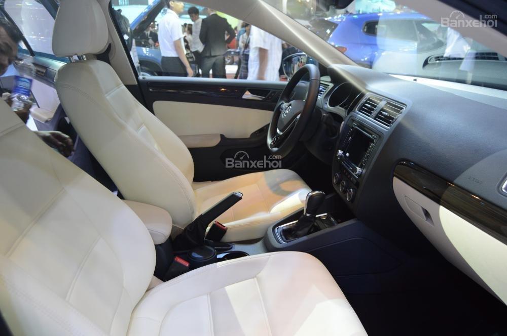 Mazda 3 sở hữu không gian sang trọng hơn hẳn so với đối thủ Volkswagen Jetta.