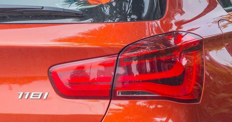 Đánh giá xe BMW 118i 2016 có đền hậu LED hình chữ L cách điệu độc đáo.