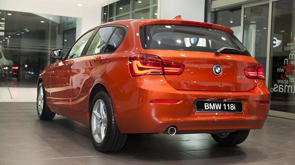 Đánh giá xe BMW 118i 2016 có đuôi nhìn chắc chắn, mạnh mẽ.