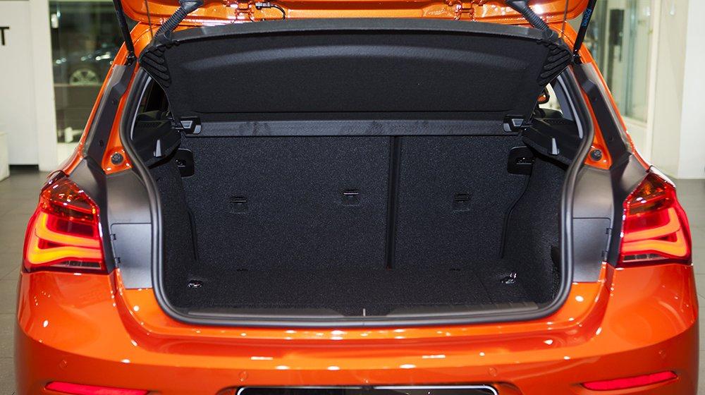 Đánh giá xe BMW 118i 2016 có khoang chứa đồ tiêu chuẩn 360 lít.
