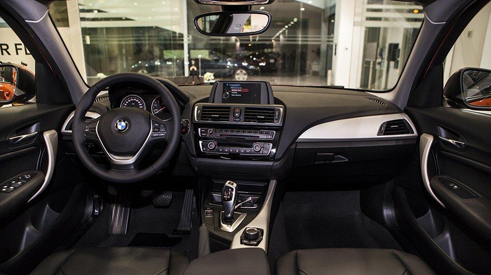Đánh giá xe BMW 118i 2016 có nội thất bọc da, nhiều chi tiết với nhũ bạc lịch lãm.