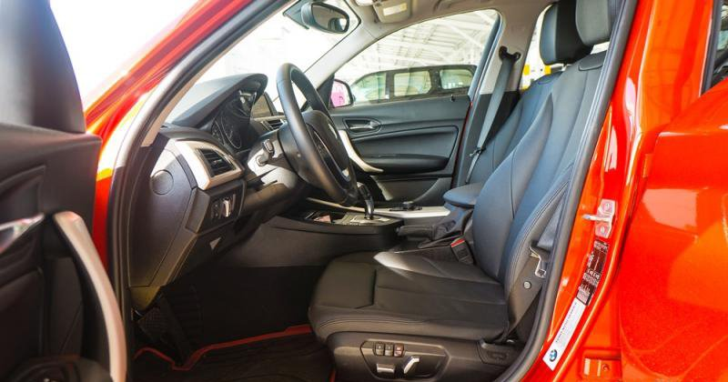 Đánh giá xe BMW 118i 2016 có hàng ghế trước với thân ghế dạng ôm rất chắc chắn.