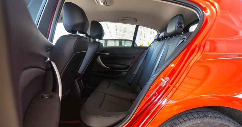 Đánh giá xe BMW 118i 2016 có hàng ghế sau thoải mái với 3 chỗ ngồi.