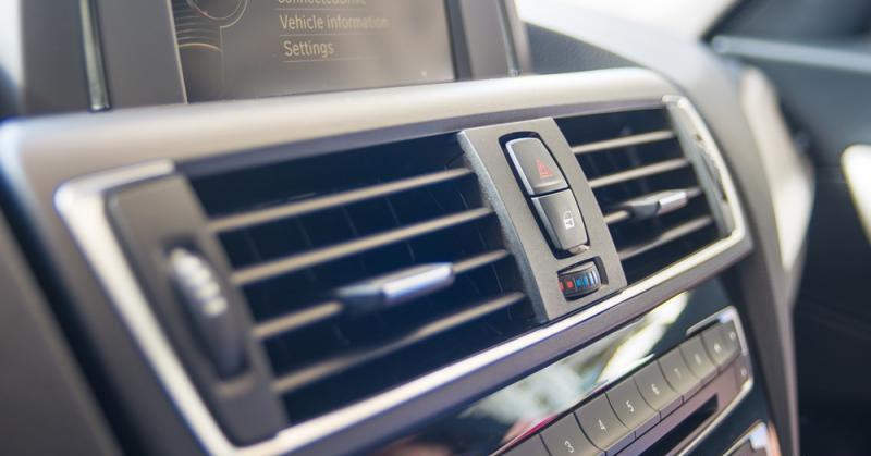 Đánh giá xe BMW 118i 2016 có các cửa gió lớn giúp tăng công suất làm mát nhanh hơn.