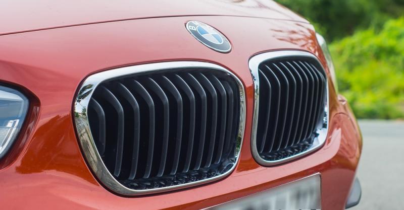 Đánh giá xe BMW 118i 2016 có lưới tản nhiệt hình quả thận truyền thống.
