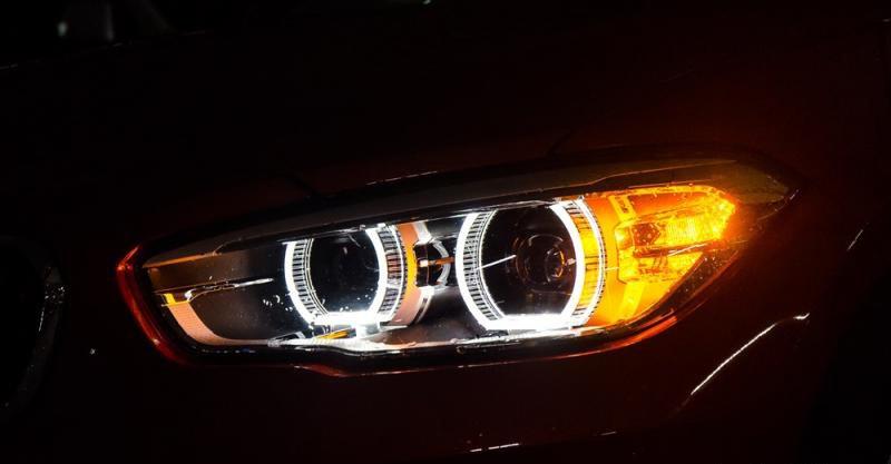 Đánh giá xe BMW 118i 2016 có đèn pha Xenon, đèn ban ngày LED.