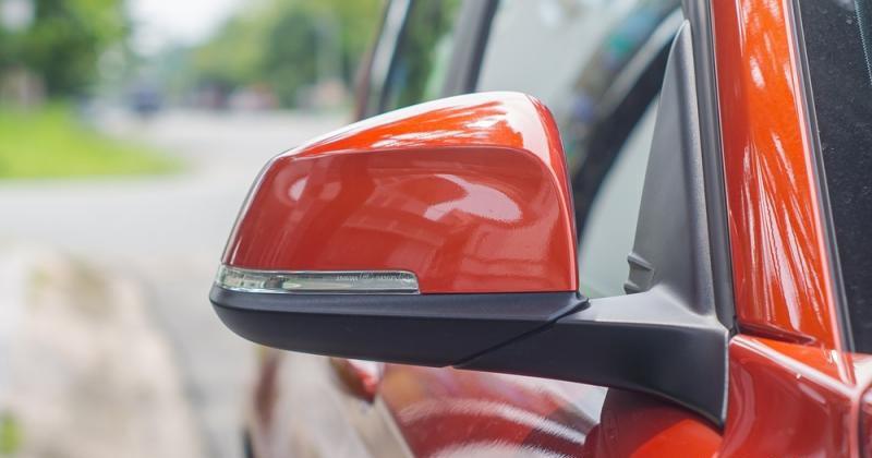 Đánh giá xe BMW 118i 2016 có gương chiếu hậu ngoài tích hợp LED báo rẽ.