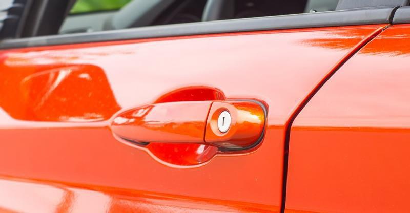 Đánh giá xe BMW 118i 2016 có tay nắm cửa sơn đồng màu với thân xe.