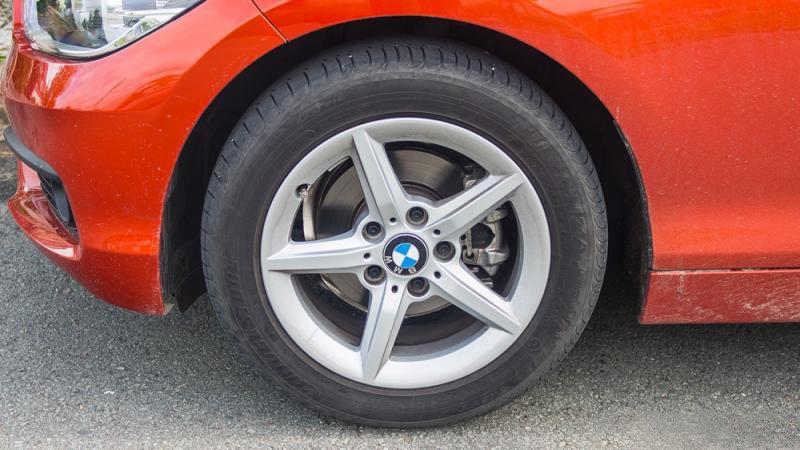 Đánh giá xe BMW 118i 2016 có mâm cỡ 16 inch với la zăng 5 chấu lớn.