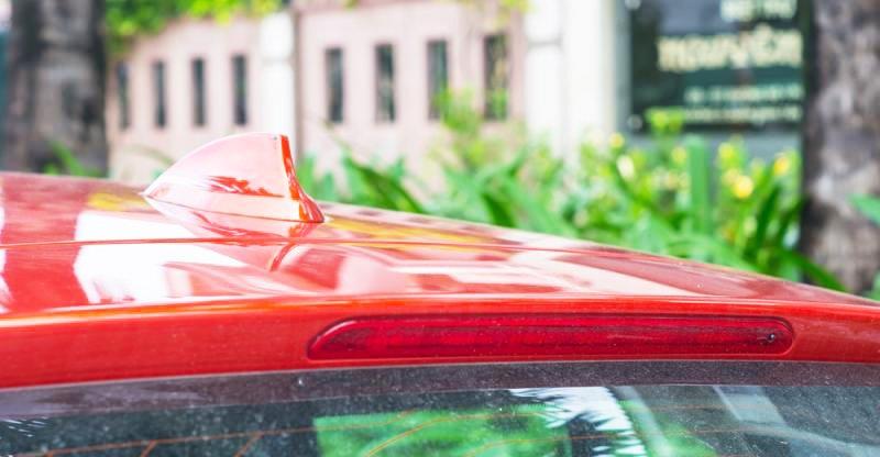 Đánh giá xe BMW 118i 2016 có ăng ten hình vây cá mập, đèn phanh phụ ở đuôi gió cá tính.