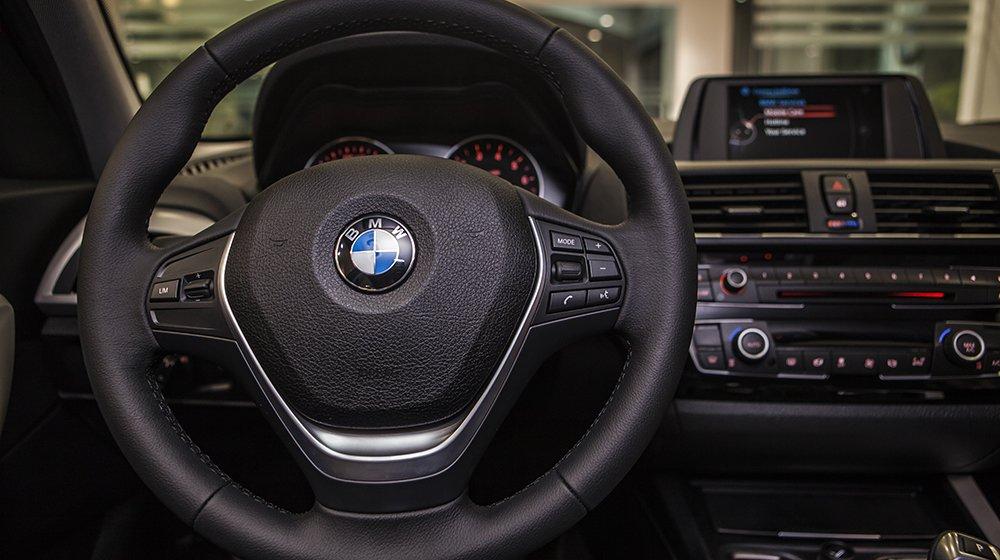 Đánh giá xe BMW 118i 2016 có vô lăng 3 chấu tích hợp các phím tiện ích đa năng.