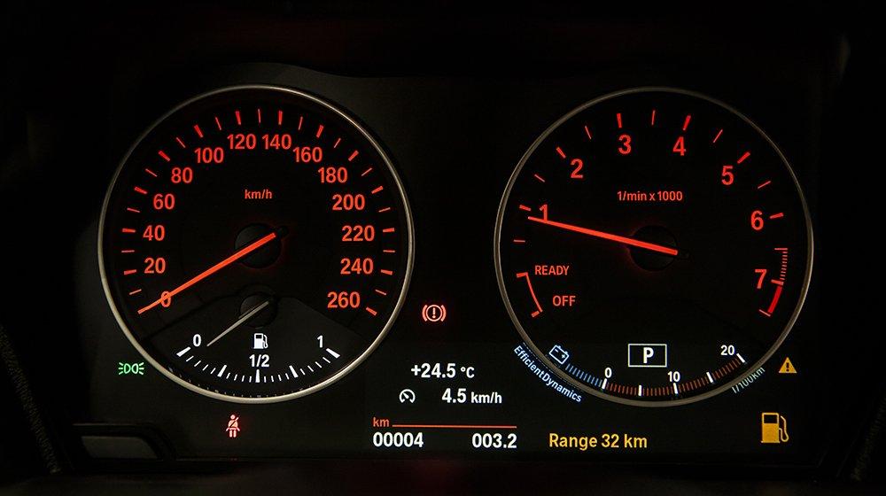 Đánh giá xe BMW 118i 2016 có đồng hồ lái với đèn LED với màu đỏ chủ đạo.