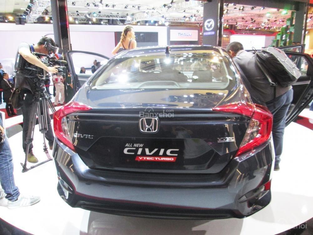 Đánh giá xe Honda Civic 2017 có đuôi xe góc cạnh, hầm hố.