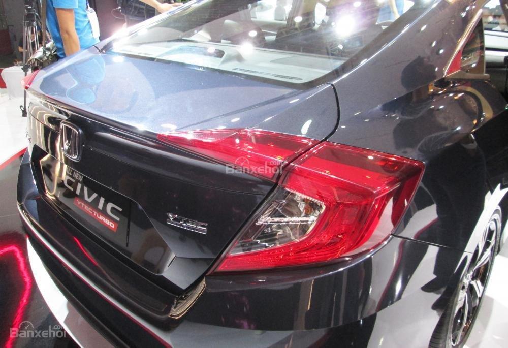 Đánh giá xe Honda Civic 2017 có đèn hậu dạng LED hình bumerang.