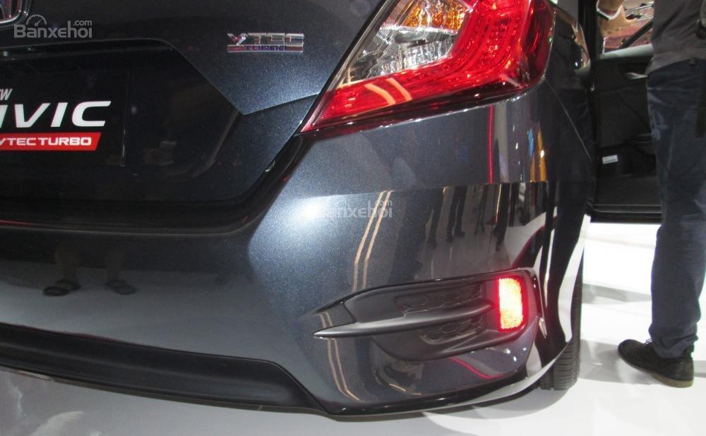 Đánh giá xe Honda Civic 2017 có đèn phản quang nhỏ nằm sâu trong hốc.