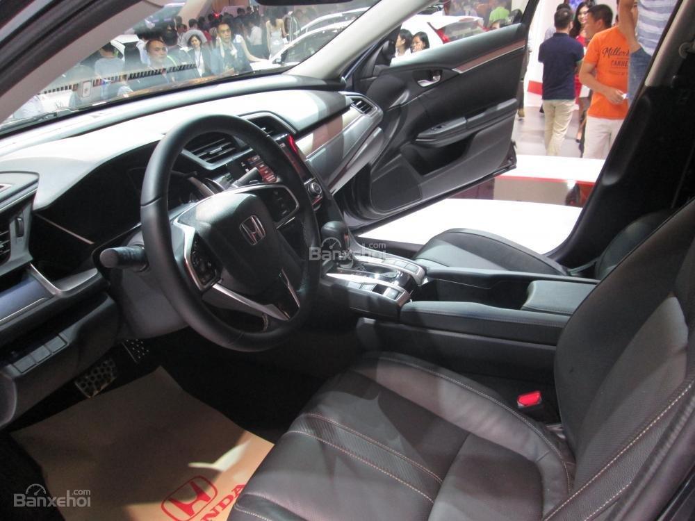 Đánh giá xe Honda Civic 2017 có ghế trước với vành lưng lớn ôm lấy thân người ngồi.