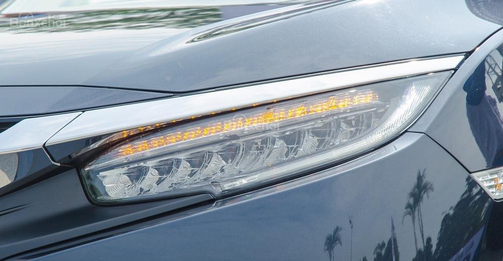 Đánh giá xe Honda Civic 2017 có đèn pha HID kiểu Projector tích hợp cảm biến điều chỉnh góc chiếu sáng.