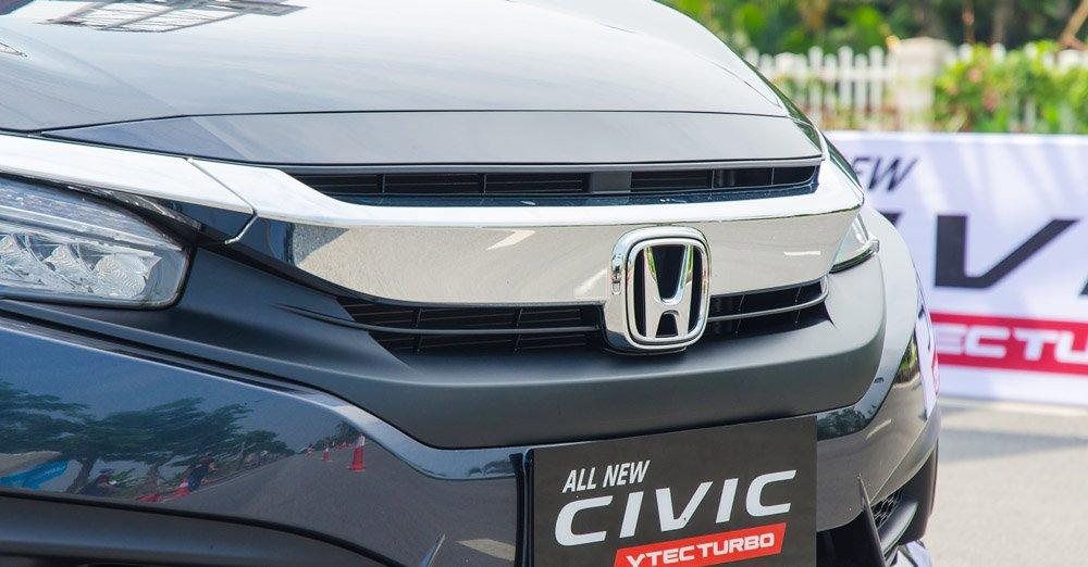 Đánh giá xe Honda Civic 2017 có mặt ca lăng mạ crom bản to rất sang trọng.