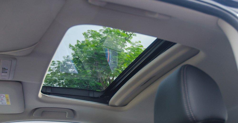 Đánh giá xe Honda Civic 2017 có cửa sổ trời tiện nghi, thoáng mát.