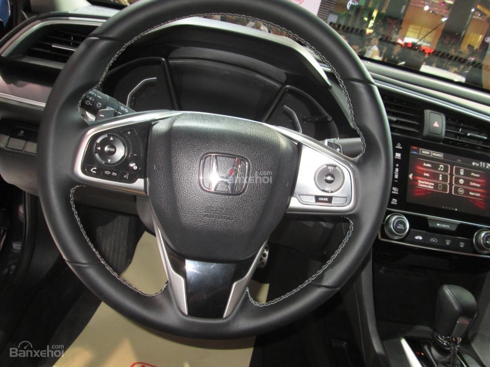 Đánh giá xe Honda Civic 2017 có vô lăng 3 chấu với nhiều chi tiết mạ bạc.