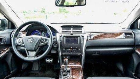 So sánh xe Toyota Camry và Nissan Teana về nội thất - Camry mạnh thiết kế, Teana mạnh trang bị.