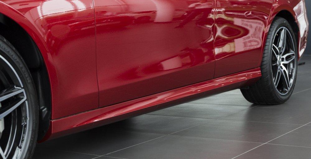 Đánh giá xe Mercedes-Benz E-Class 2017 có thanh ốp cửa cũng như các điểm nối rất đồng bộ.